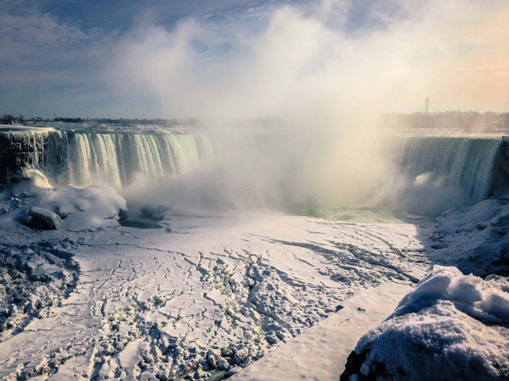 Это Ниагарский водопад. Он замерз.