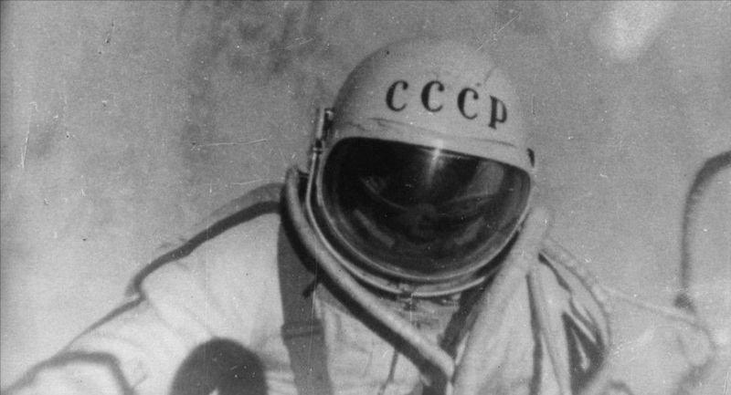 первый человек в открытом космосе леонов