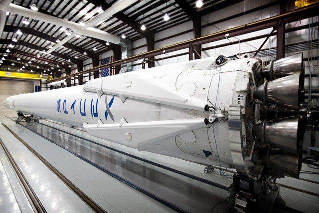 Четыре «ноги» снизу откидываются в стороны и позволяют мягко приземлить первую ступень ракеты.
