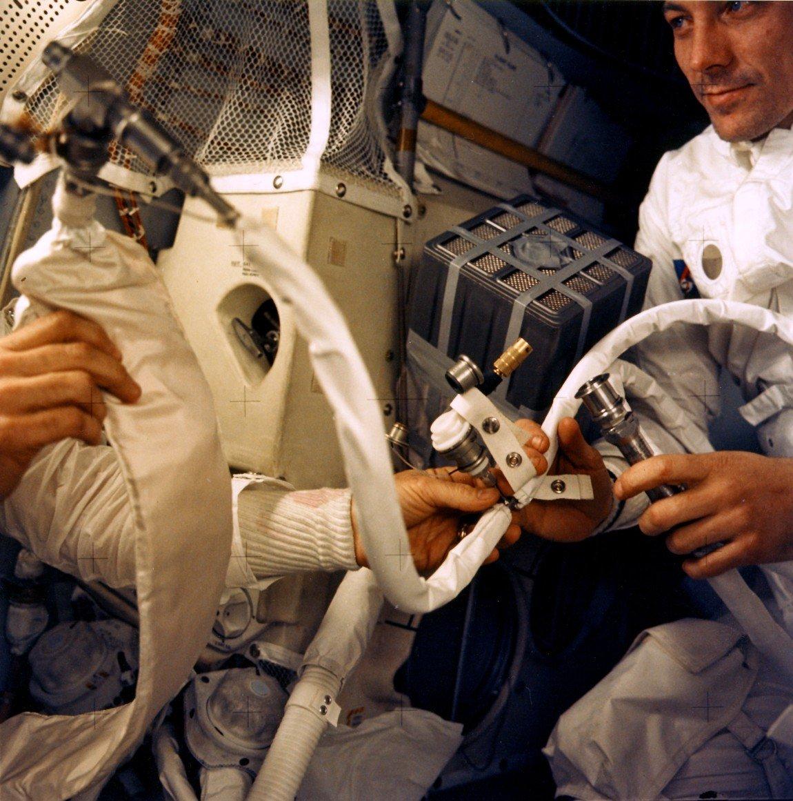 Сборка самодельной системы поглощения углекислого газа на борту «Аполлона 13»