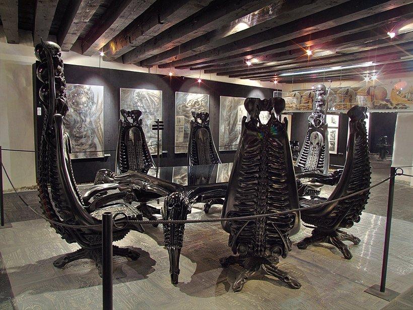 Интерьер музея Гигера в Швейцарии. Изображение взято с официального сайта художника http://giger.com