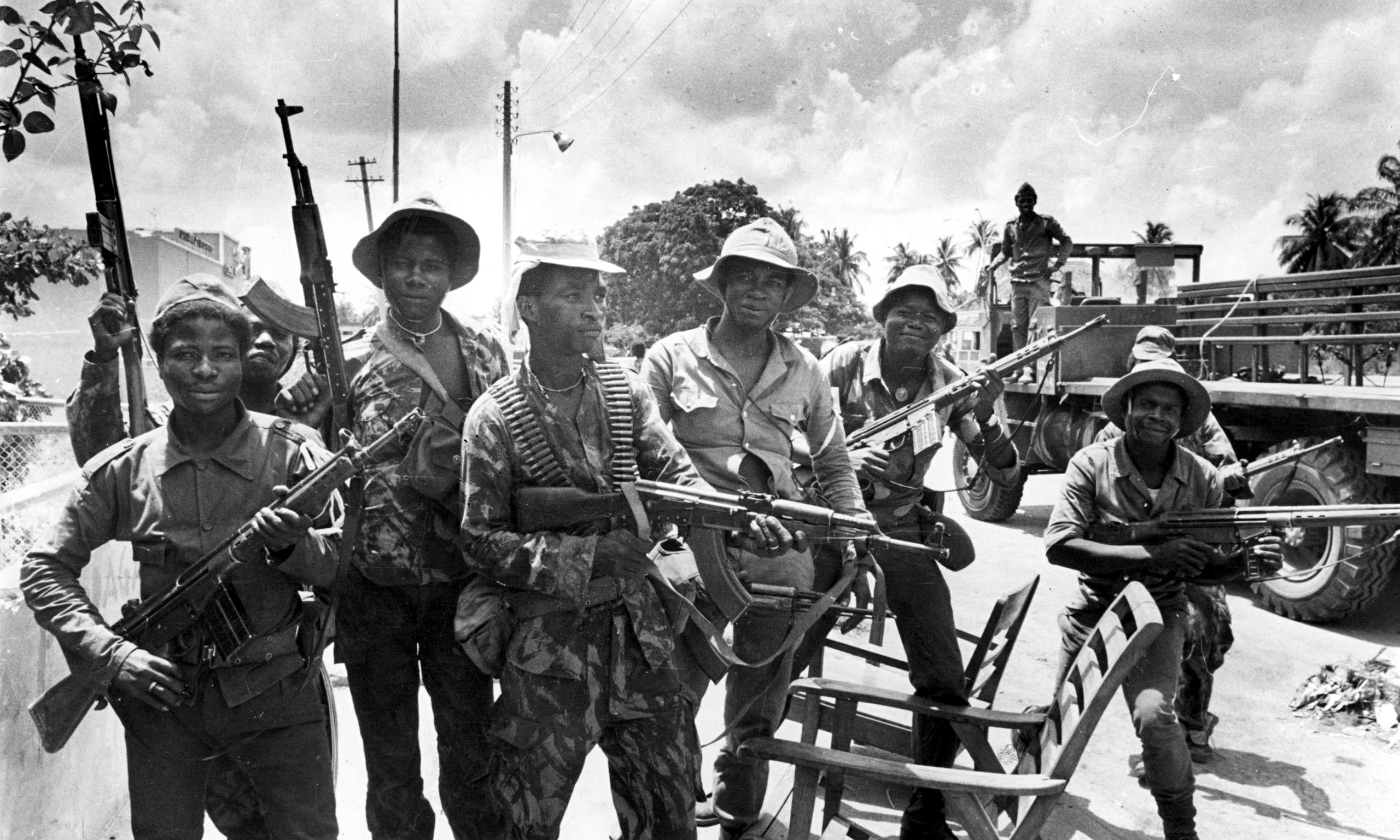 Солдаты MPLA, декабрь 1975 года. Хотя война за независимость закончилась еще в ноябре, армия Анголы продолжала боевые действия – только теперь она воевала уже против своих политических противников, отказавшихся признать власть MPLA, и сложить оружие. Эта война продолжалась почти 27 лет – в два раза дольше, чем прошлая.