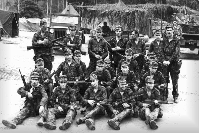 Португальские солдаты из 2919-го «Охотничьего батальона» (Batalhão de Caçadores 2919), около 1970 г. Батальон участвовал в боевых действиях на атлантическом побережье Анголы, в анклаве Кабинда (район, отделенный от остальной ангольской территории).