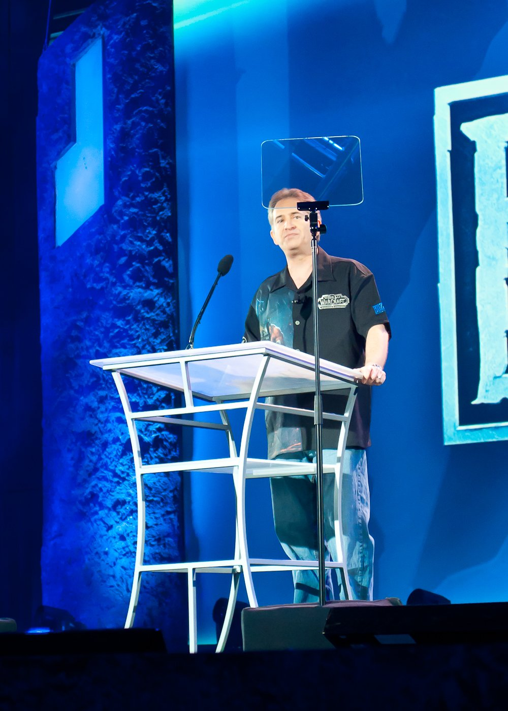 Поехали. Президент и сооснователь Blizzard Entertainment Майкл Морхейм. Подглядывает в текст речи на прозрачном суфлере.