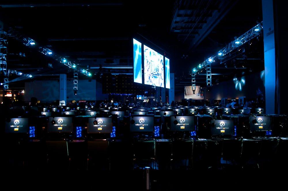 600 компьютеров, которые установили для игры в Overwatch. Сейчас тут пусто, через пять минут очередь несколько раз обернется вокруг этой зоны.