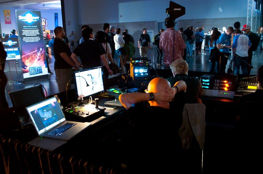 В этом году выставили напоказ будку, откуда управляется вся выставка. Это пару десятков человек, огромное количество мониторов и лампочки, как на космических кораблях в фильмах 80-х.
