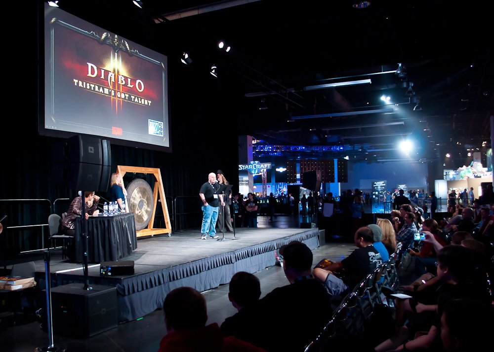 В залах продолжается движение. Конкурс талантов – нужно как можно более правдоподобно озвучить любого персонажа Blizzard. Мы с Петей хотели выступить про метающих топоры троллей из Warcraft 2 (ву-ту-ту-ту-ту), но потом передумали.