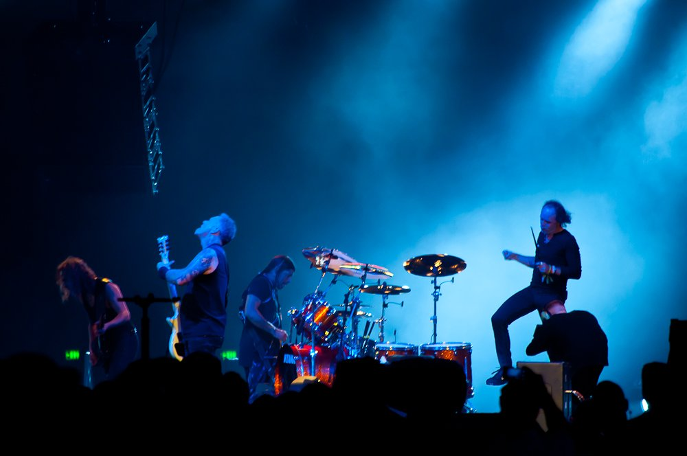 В какой-то момент Ларс задел пальцем по барабанам и долго прыгал по сцене, размахивая рукой.
