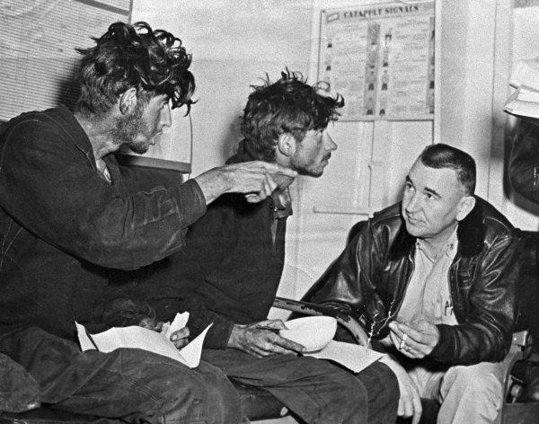 Поплавский и Зиганшин разговаривают с американским моряком