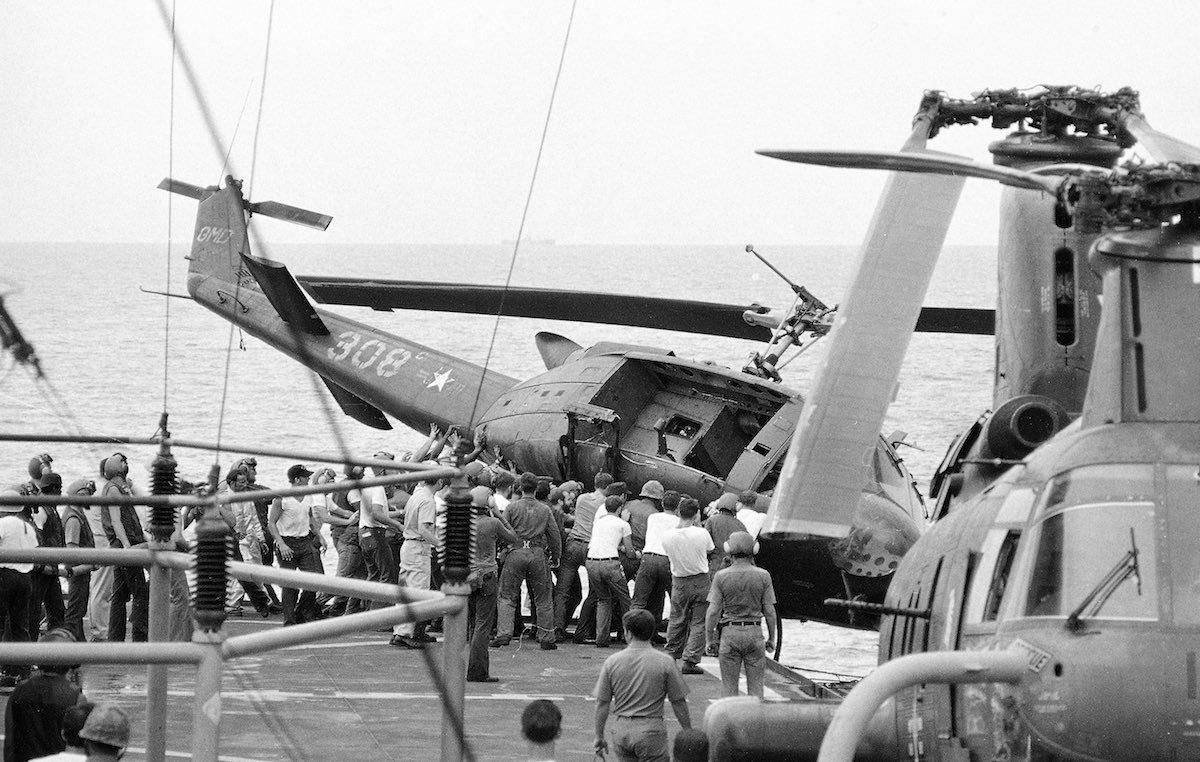 Вертолёты выбрасываются в море, чтобы освободить место на палубе