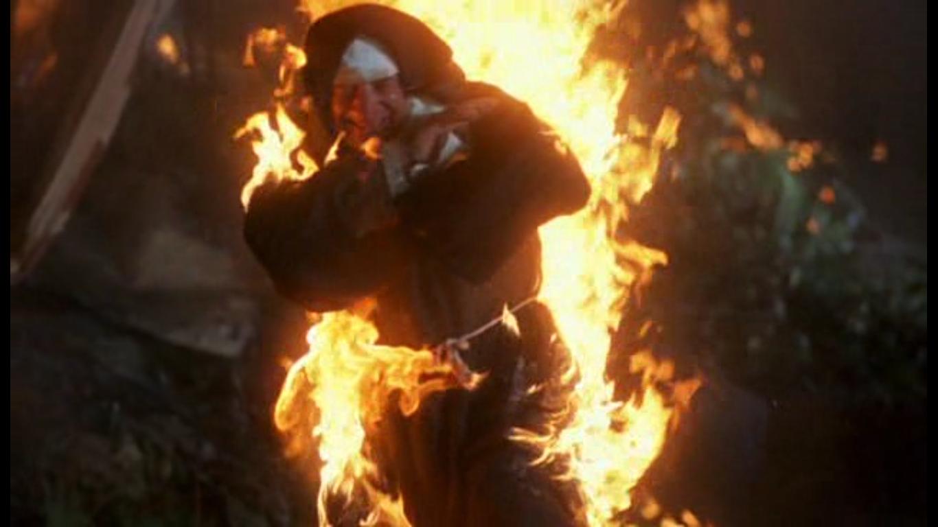 Горящая монашка выбегает из горящего автобуса на горящей трассе
