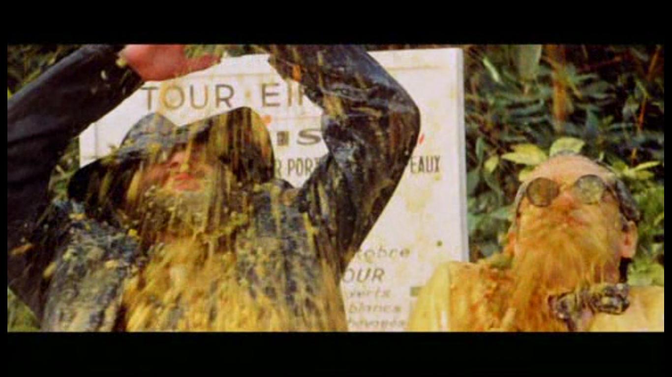 Маккензи блюет с Эйфелевой башни на французов