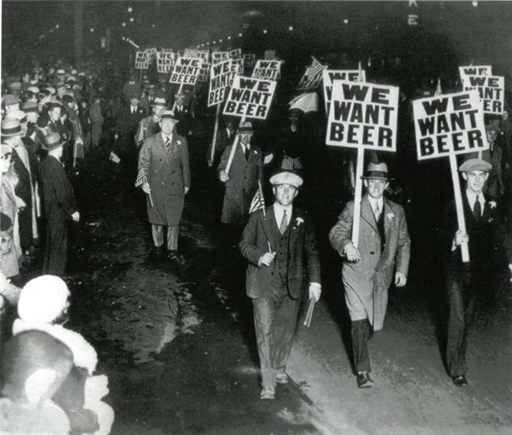 Демонстрация рабочих, которым надоел сухой закон