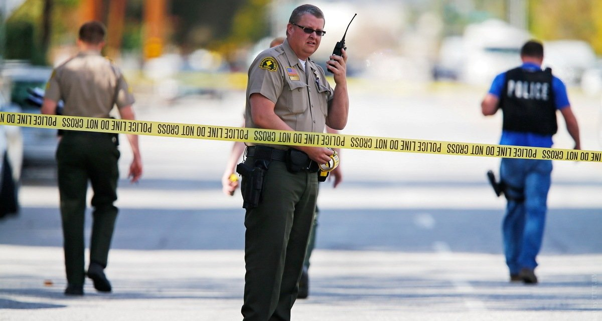 FBI and police investigators examine evidence at the scene of the investigation around the area of the SUV vehicle where two suspects were shot by police following a mass shooting in San Bernardino, California December 3, 2015.  Authorities on Thursday were working to determine why Syed Rizwan Farook 28, and Tashfeen Malik, 27, opened fire at a holiday party of his co-workers in Southern California, killing 14 people and wounding 17 in an attack that appeared to have been planned. REUTERS/Mike Blake - RTX1X282