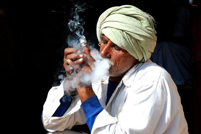курение скорпионов пакистан scorpion smokers disgusting men наркотики дичь отвратительные мужики
