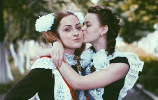 Романтика лент и фартуков: 23 красивые школьницы с «Последнего звонка»