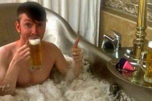 как пить пиво в ванной отвратительные мужики disgusting men beer in the bath