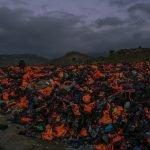 Свалка спасательных жилетов и надувных лодок. Лесбос, Греция.