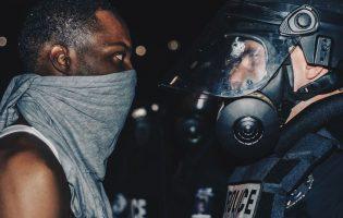 Никакой политики: 14 сильных фотографий погромов в Северной Каролине