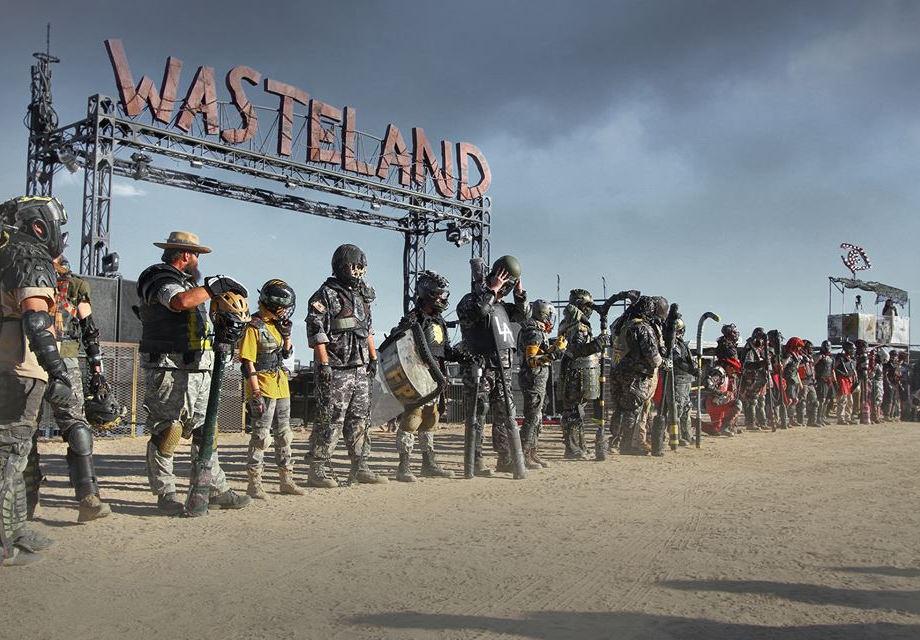 Wasteland Weekend калифорния пустыня фестиваль безумный макс пост-апокалипсис поклонники фанаты косплей гонки мотоциклы машины фото новости кино отвратительные мужики