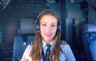 Шведская девушка путешествует по миру, потому что она пилот самолета Boeing 737