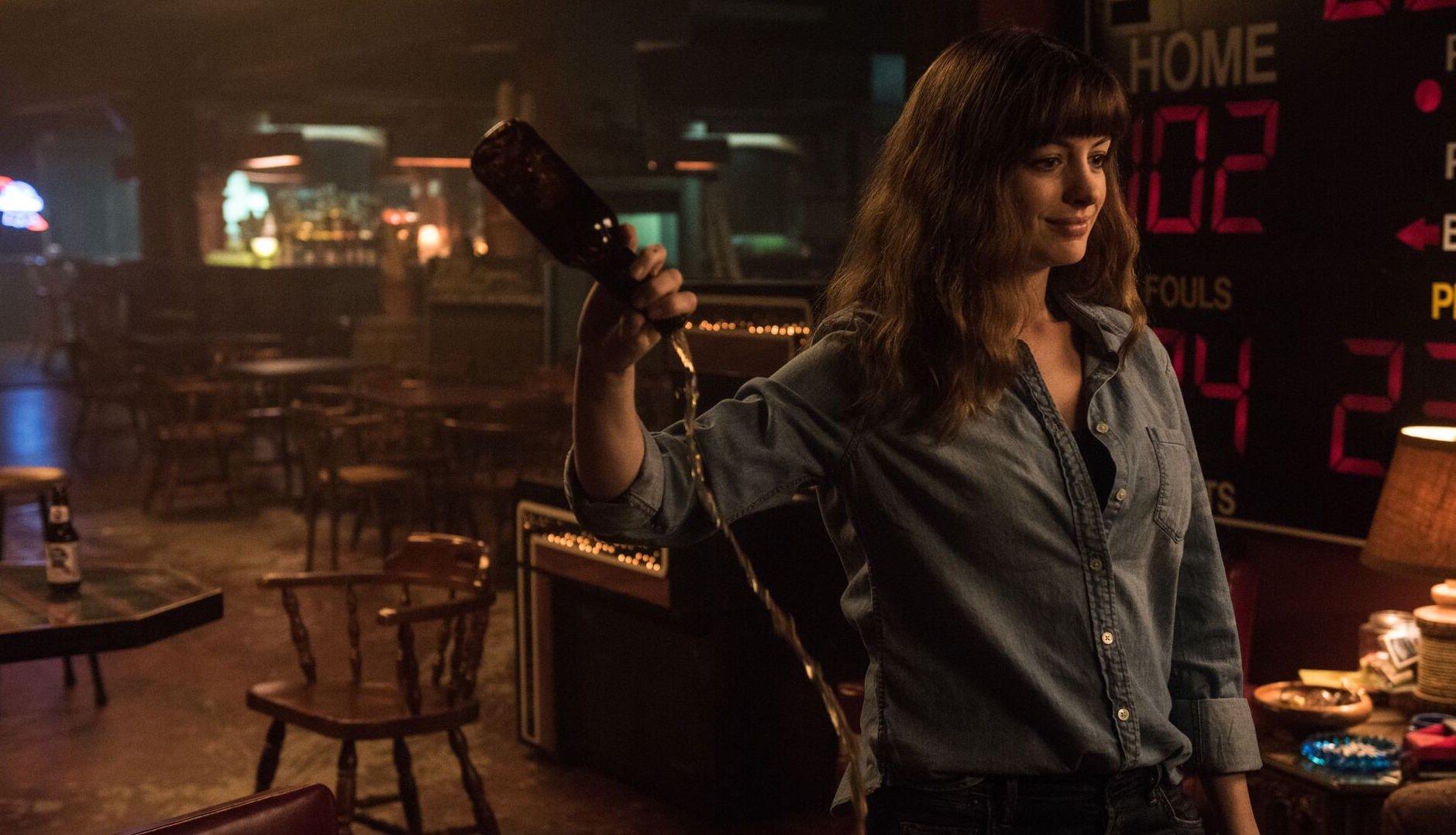 моя девушка – монстр 2016 смотреть Энн Хэтэуэй Джейсон Судейкис комедия драма фантастика кино рецензии отвратительные мужики