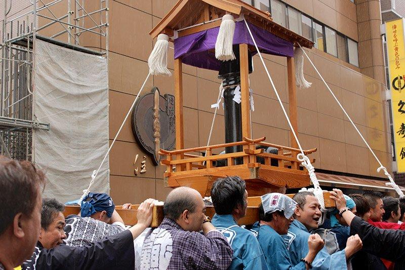 японский фестиваль пенисов праздник членов канамара мацури kanamara-matsuri отвратительные мужики дичь disgusting men