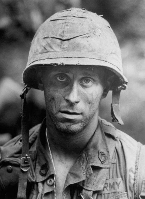 взгляд на тысячу ярдов взгляд на две тысячи ярдов солдат после битвы посттравматическое стрессовое расстройство отвратительные мужики disgusting men