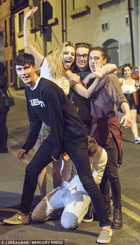 пьяные британские студенты празднуют сдачу экзаменов фото отвратительные мужики disgusting men