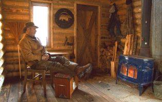 Особо умиротворяющее видео: мужчина строит хижину в канадской глуши
