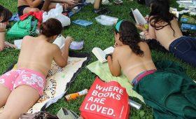 Девушки, лето и книги: в Нью-Йорке прошли голые чтения 2018