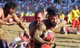 Флорентийский кальчо — самый брутальный и кровавый спорт в мире