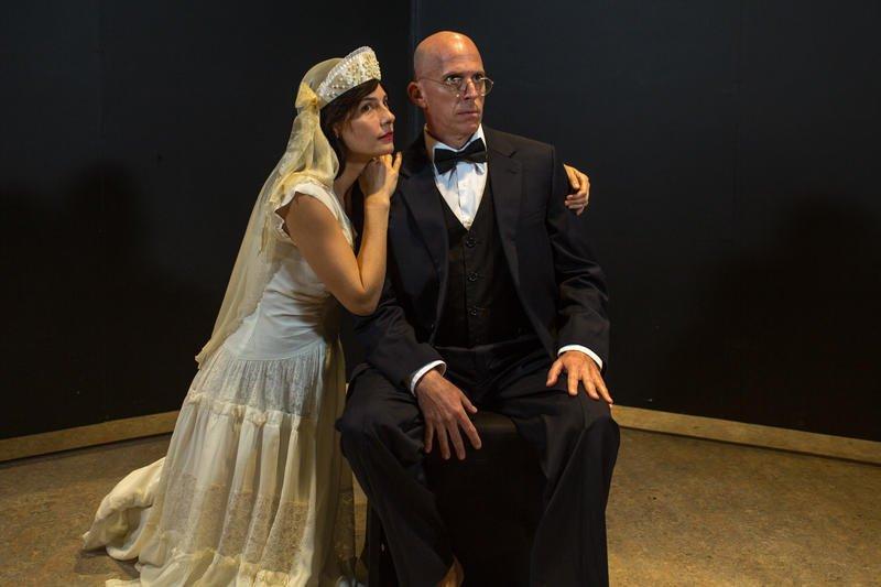 Современные актеры играют Карла и Елену в постановке Undying Love