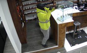 Видео дня: грабители вломились в магазин к вейперам, но не поняли, что брать