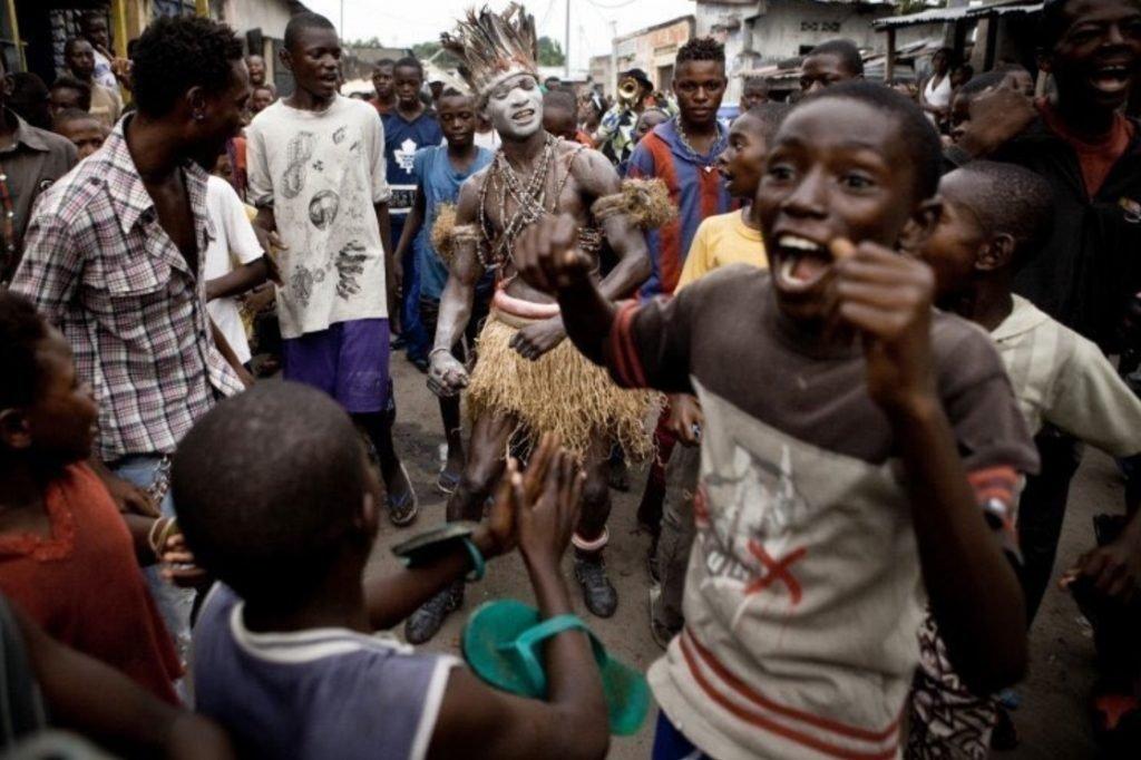 Юбки из волокна рафии — что-то подобное может найти африканец в сундуке деда на чердаке. Не стесняют движений, выглядят чуть мужественнее обтягивающего трико. Фото: Gwenn Dubourthoumieu