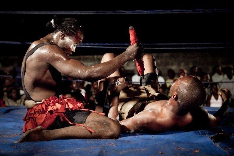 Боец заносит над парализованным противником идола. Бой можно считать оконченным. Фото: Gwenn Dubourthoumieu