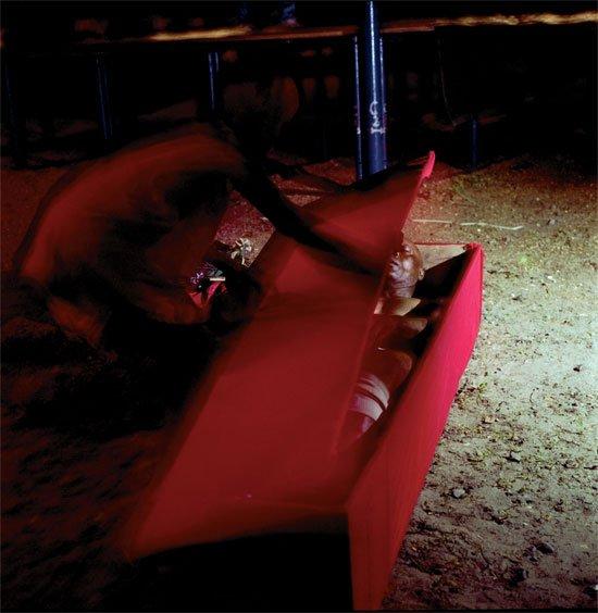 Эдингве в гробу. Фото: VICE