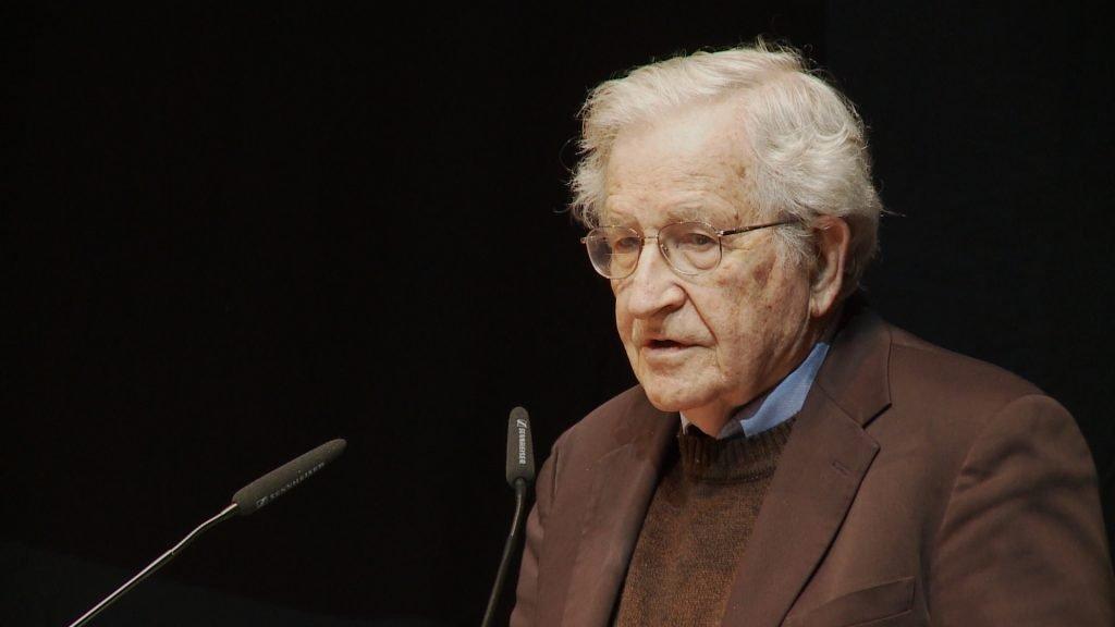 Ноаму Хомскому 90 лет, но он до сих пор сохраняет живой ум