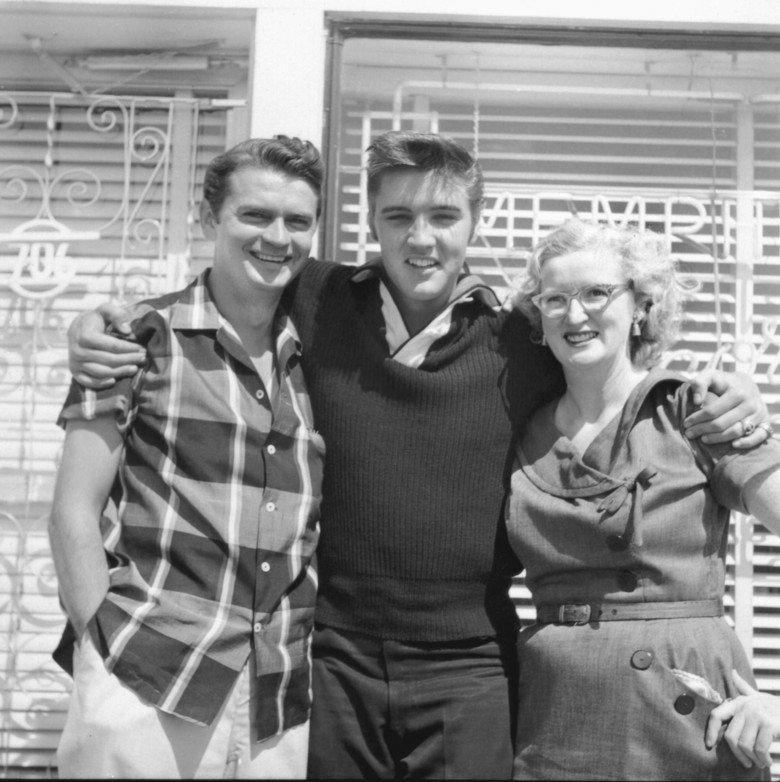 Сэм Филлипс, Элвис Пресли и Мэрион Кискер — помощница Филлипса и первый человек, который записывал пластинку для Элвиса