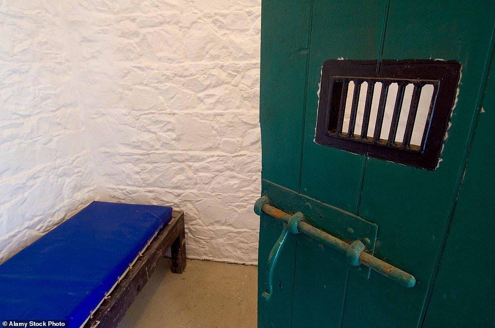 самая маленькая тюрьма в мире остров сарк отвратительные мужики disgusting men
