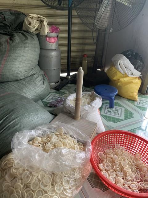 использованные презервативы вьетнам отвратительные мужики