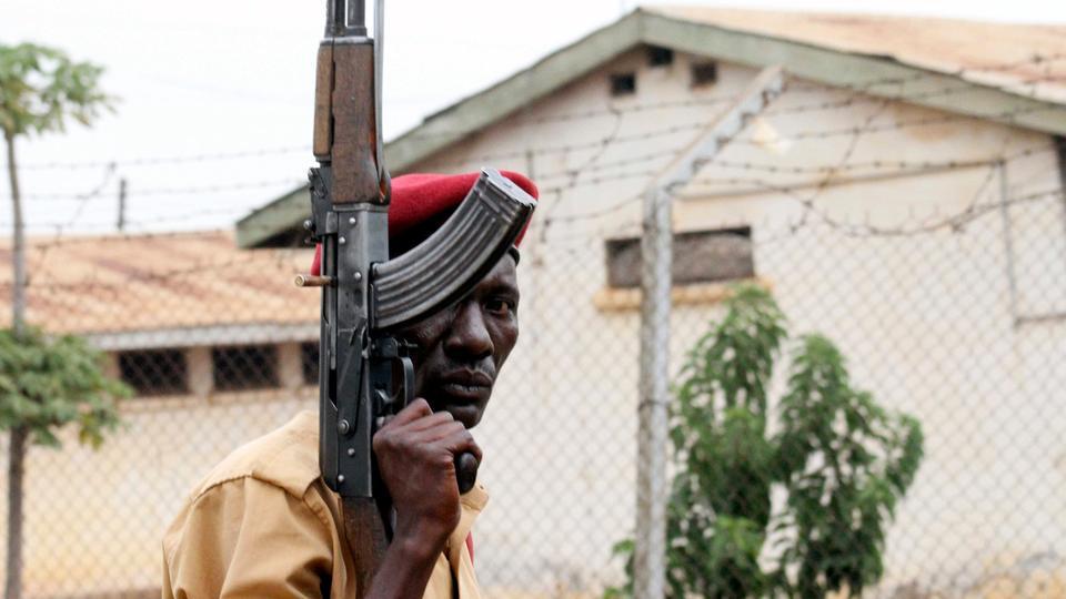 уганда побез заключенных отвратительные мужики