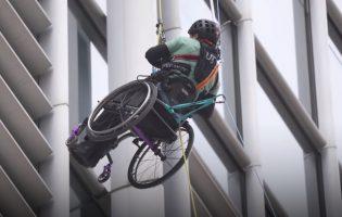 Альпинист в инвалидной коляске решил покорить 320-метровый небоскреб. И ему почти удалось!