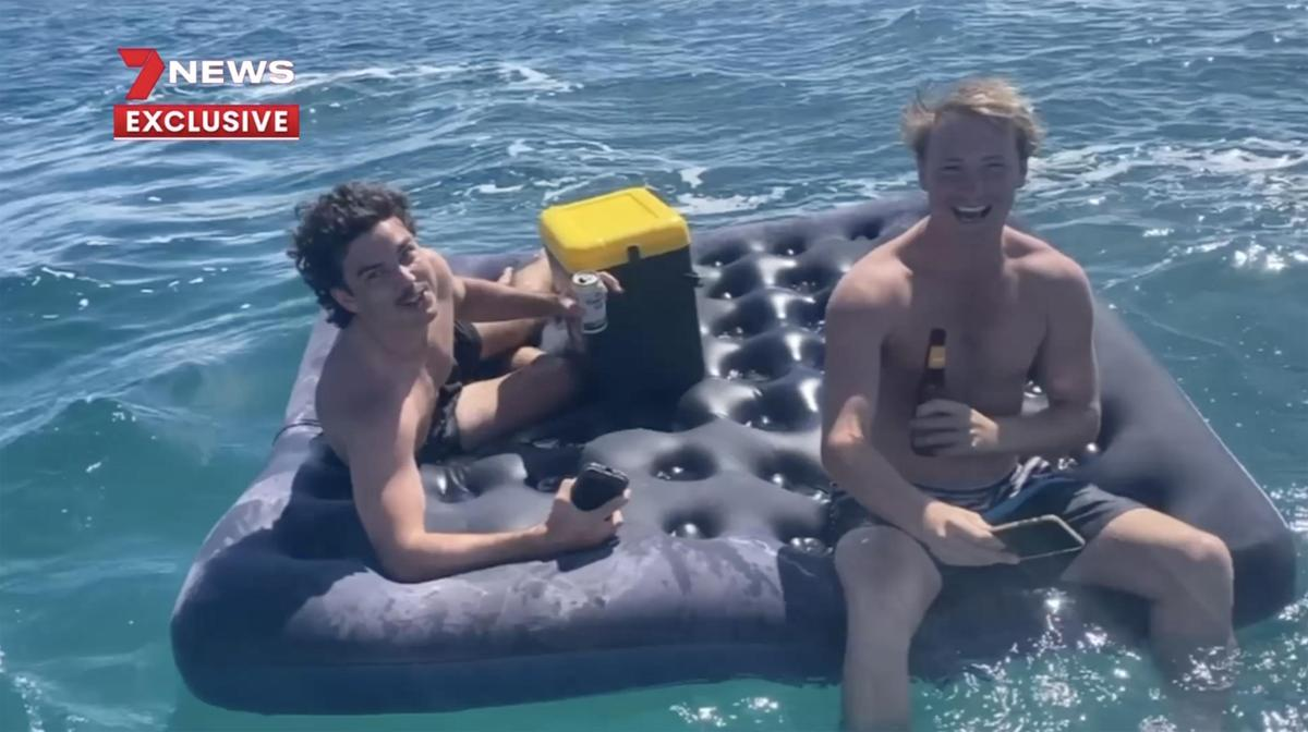австралийцы уплыли в море с пивом