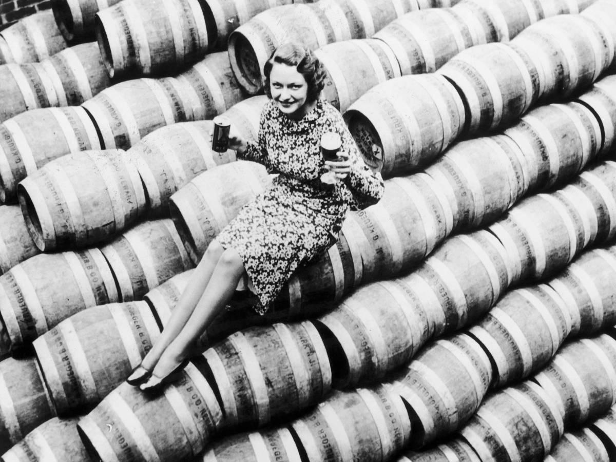 сухой закон фото женщины прячут алкоголь