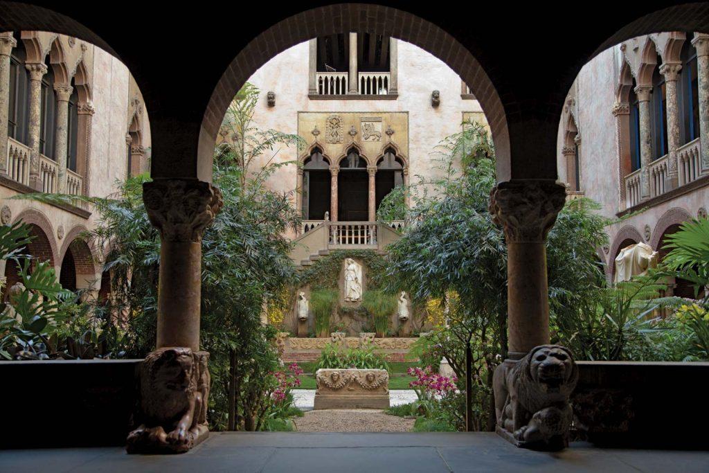 Courtyard Isabella Stewart Gardner Museum Boston 1024x683 - Загадка пропавших шедевров: как фальшивые копы ограбили музей в Бостоне на 500 миллионов и оставили в дураках ФБР