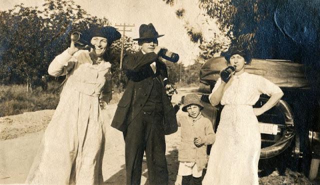 0 People Drinking Beer 1900s 1 - За день до Сухого закона: фото американцев, которые кутят перед запретом алкоголя в 1920-м