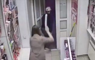 Видео дня: продавщица секс-шопа в Сибири отбилась от грабителя с помощью дилдо