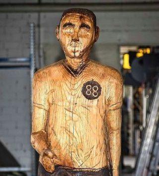 Немца заставили убрать с могилы отца статую, похожую на Гитлера