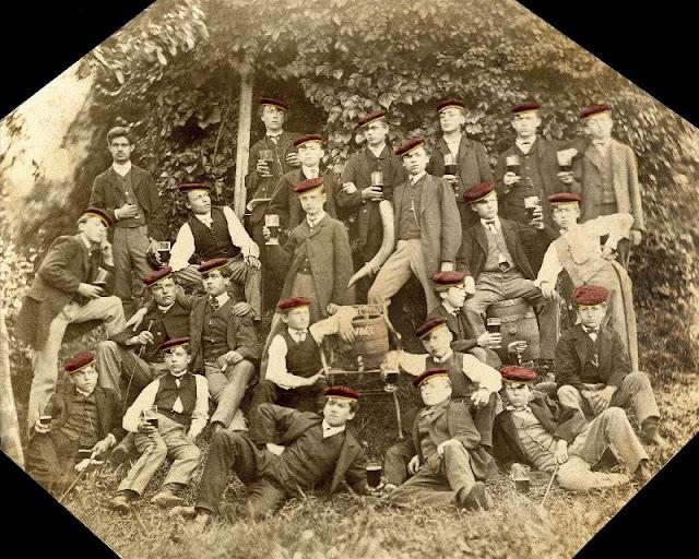 People Drinking Beer 1900s 11 - За день до Сухого закона: фото американцев, которые кутят перед запретом алкоголя в 1920-м